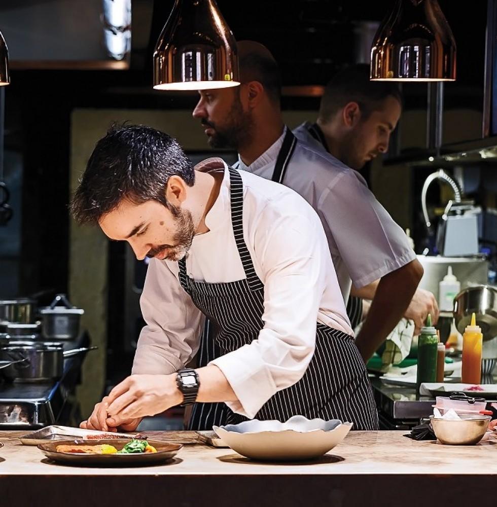 Le chef Henrique Sá Pessoa dans la cuisine du restaurant Alma.