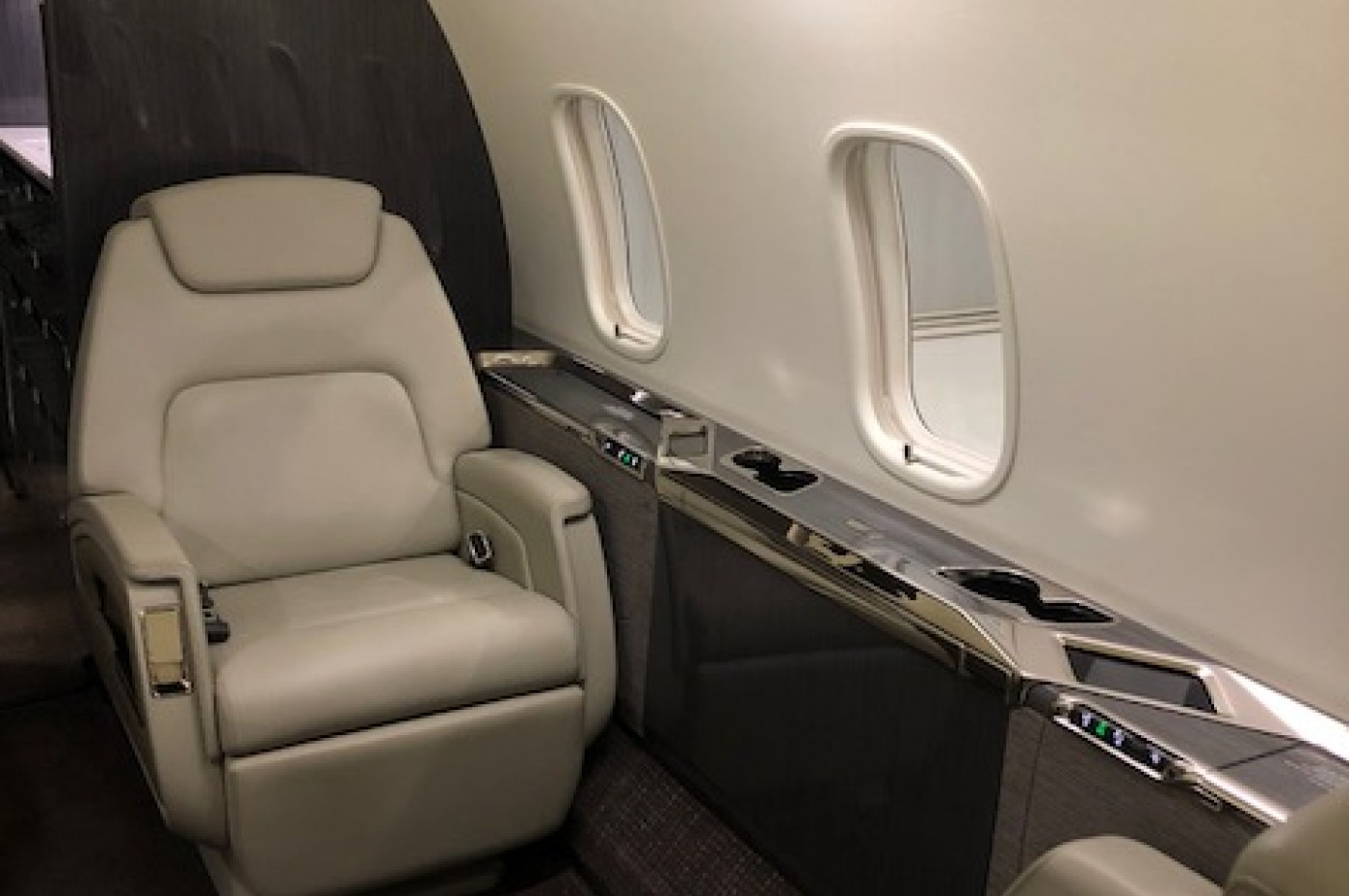 challenger 350 interior single seat
