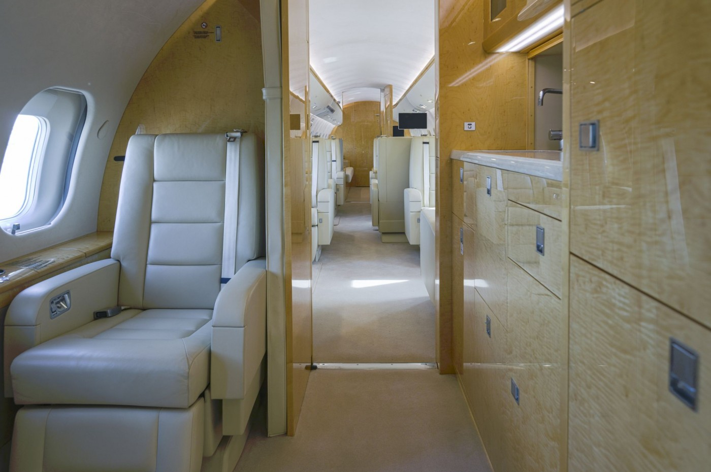 Global 6000 S/N 9695 Crew rest and galley