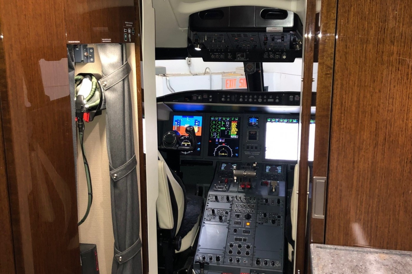 Cockpit and crew jump seat