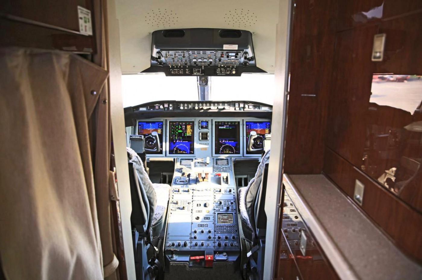 Challenger 605 S/N 5791 Cockpit