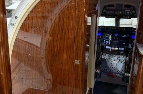 Challenger 605 Entrance