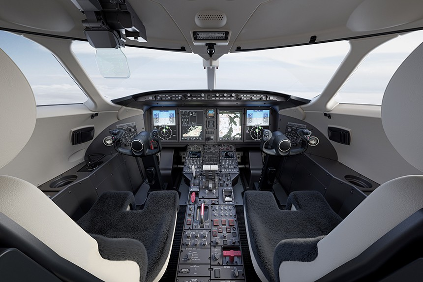 The flight deck of the Challenger 350